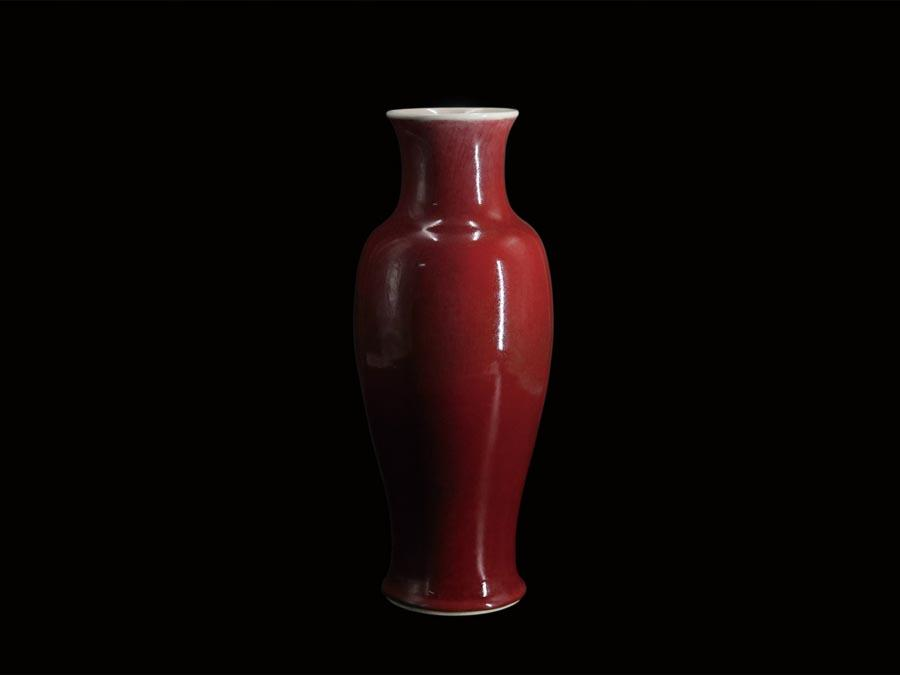 A Qing Dynasty (1644-1961) red glazed bottle is on display at the Guangdong Museum, July 29, 2018. (Photo/Official Weibo account of Guangdong Museum)