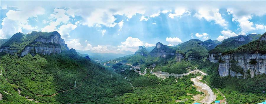 Lush green vegetation and steep mountains enhance the scenery at Jinfo Mountain in Chongqing municipality. (Photo provided to chinadaily.com.cn)
