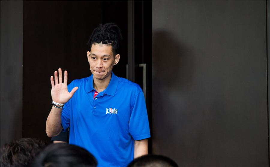 Jeremy Lin greets young players in Beijing, June 28, 2018. (Photo provided to chinadaily.com.cn)