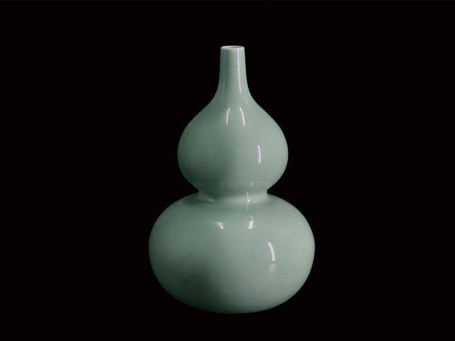 A Qing Dynasty celadon-glazed gourd-shaped bottle is on display at the Guangdong Museum. (Photo/Official Weibo account of Guangdong Museum)