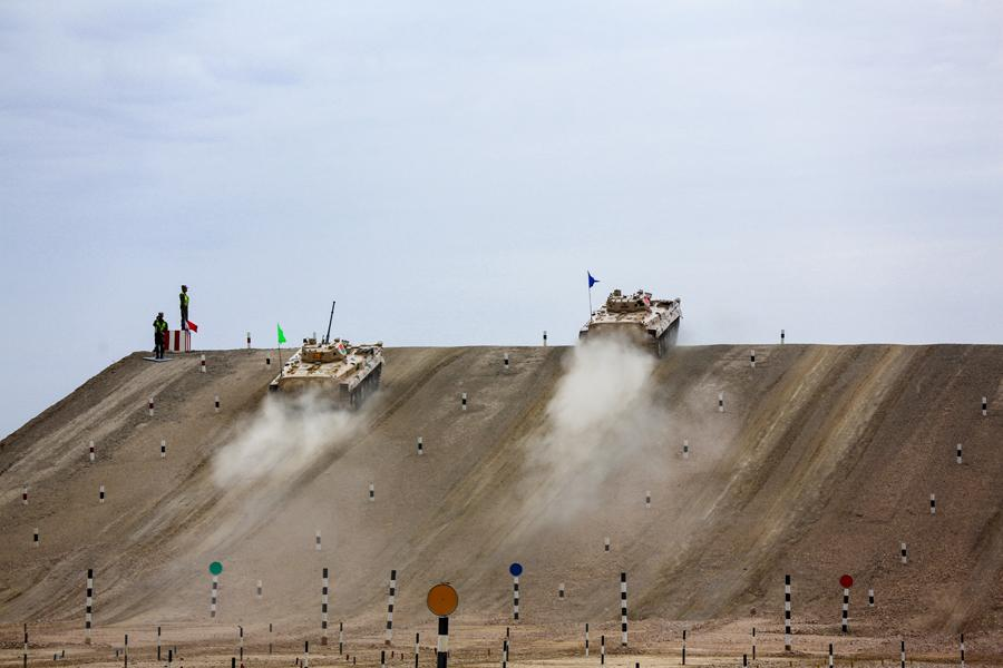 Infantry fighting vehicles of the People\'s Liberation Army participate in the Suvorov Attack race during the International Army Games 2018 in Korla, Xinjiang Uygur autonomous region on Monday. (Photo/China Daily)