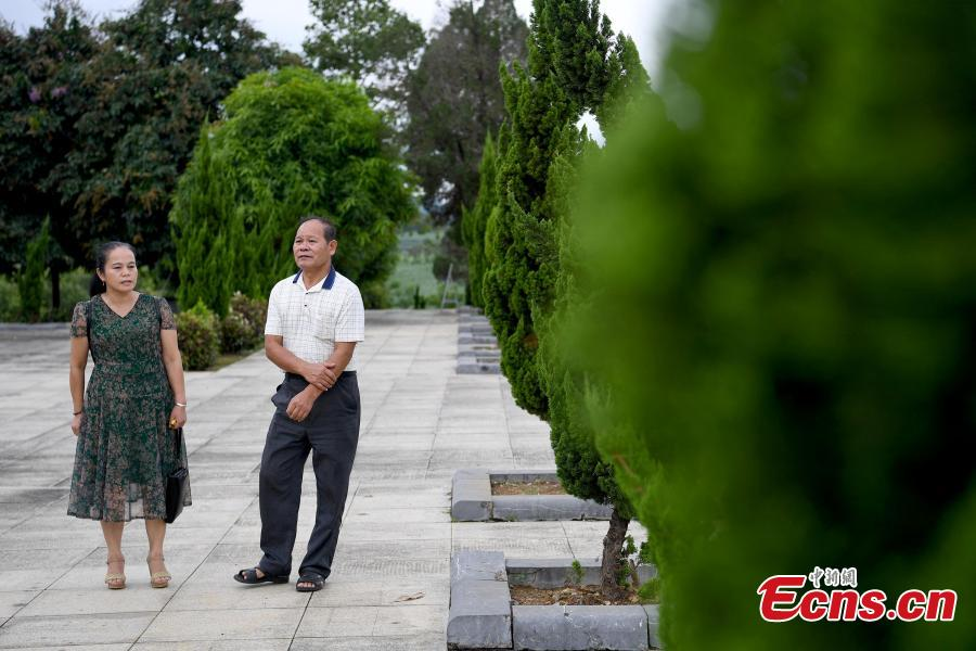 Niu Bentong talks to a visitor at a martyrs cemetery in Longzhou County, South China's Guangxi Zhuang Autonomous Region, July 30, 2018. Niu participated in the China-Vietnam war and witnessed the death of many of his comrades-in-arms in front of him. In 1980, Niu chose to work in the cemetery, where 1,902 martyrs lie, and he continued to work there for 37 years until his retirement this year. He has helped correct information related to more than 400 martyrs and has also shared details online. In his spare time, Niu continues to help at the cemetery, saying it's hard to forget the days of life and death spent alongside his fellow soldiers. (Photo: China News Service/Yu Jing)