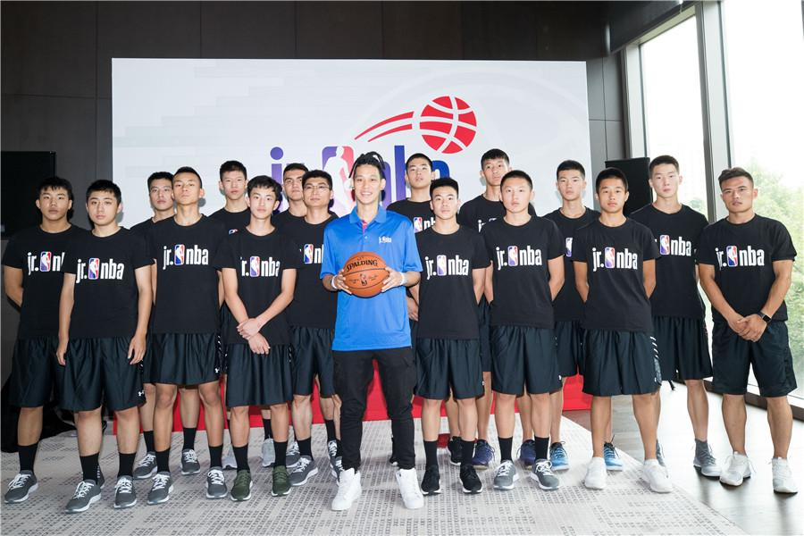 Jeremy Lin poses for a photo with young players in Beijing, June 28, 2018. (Photo provided to chinadaily.com.cn)  Atlanta Hawks star of the National Basketball Association Jeremy Lin shared his knowledge and experience with young Chinese players who qualified for the inaugural Jr. NBA World Championship next month.  As a mentor of the Jr. NBA\'s Chinese team, Lin attended the opening ceremony of the training camp in Beijing and spoke with the players.  On being asked how to qualify and how to face adversity, he said \
