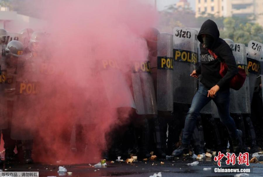 A person acting as a protester runs in front of special forces police during an anti-terror drill ahead of the upcoming Asian Games in Jakarta, Indonesia July 31, 2018. (Photo/Agencies)