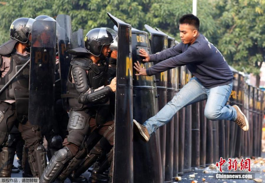 A person acting as a protester kicks policemen during an anti-terror drill ahead of the upcoming Asian Games in Jakarta, Indonesia July 31, 2018. (Photo/Agencies)