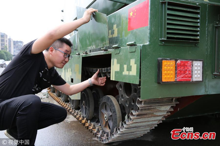 Liu Pan, a military enthusiast, shows his 1:1.5 scale model of a Type 99 main battle tank that he made at home in Xiangyang City, Central China's Hubei Province, July 30, 2018. Liu said he spent 200,000 yuan ($29,400) building the model over one-and-a-half months. It weighs six tons and has an iron-sheet exterior. It was made using a tank design Liu purchased online. (Photo/VCG)