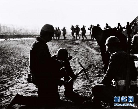 File photo of 1941 shows militiamen in Pingshan county, Hebei province, lay mines along strategic routes to limit Japanese forces\' movements. (Photo/Xinhua)  During the anti-Japanese war, under the leadership of the Party, the Eighth Route Army, the New Fourth Army and other anti-Japanese armed forces of the people penetrated deep behind enemy lines to mobilize the masses, peasants in particular, to launch guerrilla warfare.  Land mine warfare was widely used and played a key role in blocking the Japanese troops. In May 1943, over 15,000 militiamen were engaged to counter Japanese \