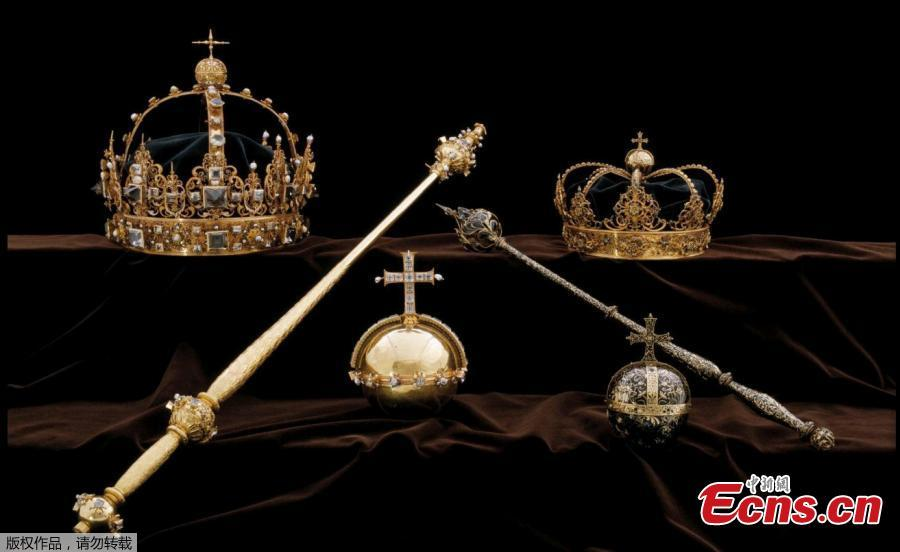 The Swedish Royal Family\'s crown jewels from the 17th century are seen in this undated photo obtained by Reuters on August 1, 2018. (Photo/Agencies)  Thieves have stolen two crowns and an orb from the Swedish royal family's collection, making off in a motorboat after the heist. The priceless artefacts were snatched from a cathedral in Strangnas, about an hour west of the capital Stockholm, at lunchtime on Tuesday, police said.The robbers broke into a glass case that held the funeral regalia of King Karl IX and his wife Queen Kristina and swiped the two crowns and an orb from the 17th century.