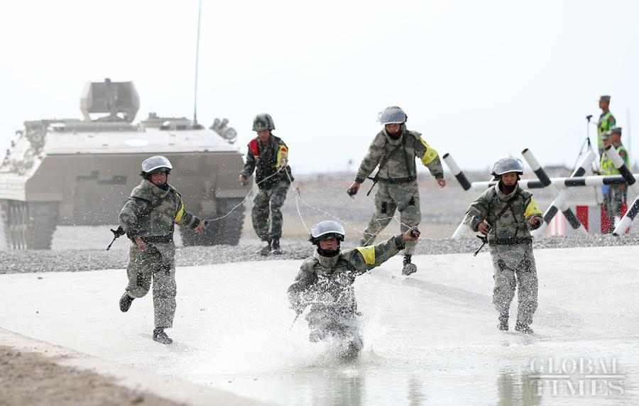Chinese soldiers diligently work together to compete in the Safe Route Competition in Korla on August 2. Photo: Cui Meng/GT