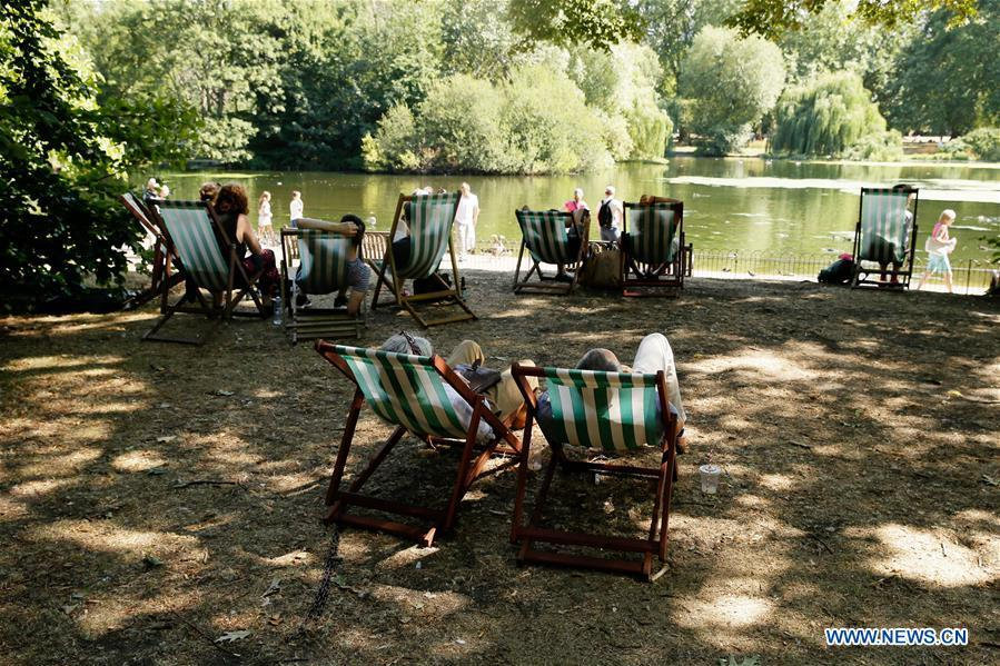People sit on deck chairs in the shade at St James\'s Park in London, Britain, on Aug. 3, 2018. Britain is currently experiencing high temperatures as a heatwave continues across Europe. (Xinhua/Tim Ireland)