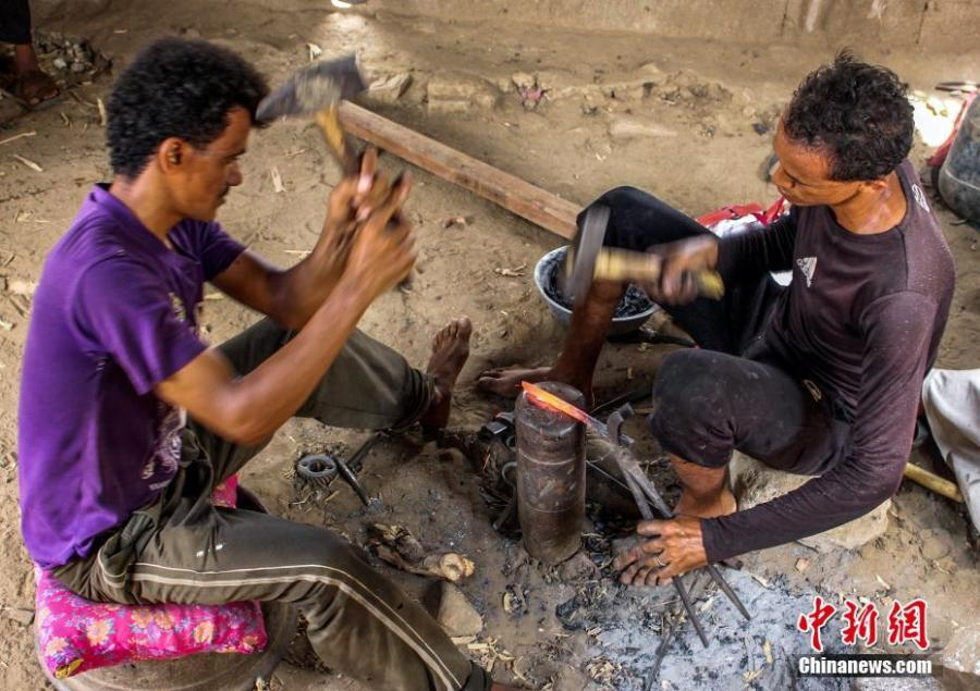 In the war-torn Hajjah, a Yemeni artisan is transforming shrapnel which litters the streets into the country\'s celebrated traditional daggers. For 45 years, blacksmith Mohammed Haradhi has crafted swords for his clients\' loved ones and built custom locks. A short, curved dagger, the jambiyya is worn by Yemeni men in an ornate sheath tucked into an embroidered belt. They are often gifted to boys during a coming of age celebration that brings the whole family together. Shrapnel is particularly abundant in Hajjah, which has witnessed intense military operations aimed at driving rebel fighters out.(Photo/Agencies)