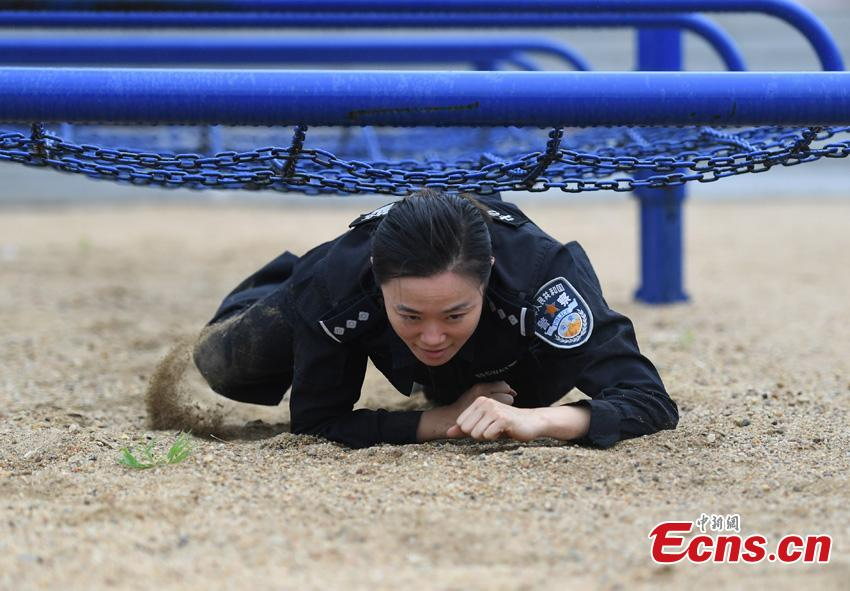 Li Meixuan, a special police officer with the Changchun Railway Public Security Bureau, trains in Changchun City, Jilin Province. The 33-year-old puts high expectations on herself in training. Her team is predominantly responsible for emergency responses to terror attacks. She said she chooses to be a policewoman because of the influence of her father, also a police officer. (Photo: China News Service/Zhang Yao)