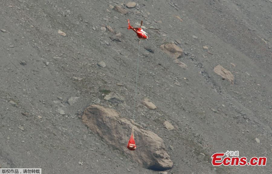 A helicopter flies to the accident site of a Junkers Ju-52 airplane of local airline JU-AIR at 2,450 meters above sea level near the mountain resort of Flims, Switzerland August 5, 2018. (Photo/Agencies)