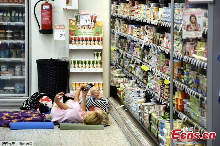 A supermarket chain in Finland is inviting customers to spend the night at its air-conditioned store in Helsinki as Europe suffers through a heatwave. Europe's heatwave gripped Spain and Portugal on Friday, as governments checked for forest fires, a Budapest game reserve fed its animals iced snacks and a Finnish supermarket invited customers to sleep over to stay cool. (Photo/Agencies)