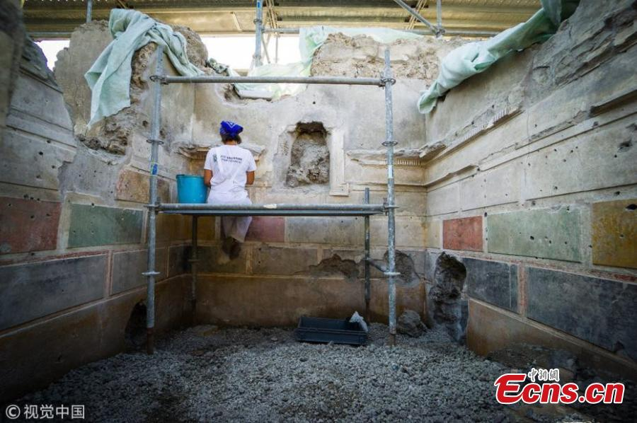 An archaeologist at work during excavations in Pompeii, Italy, Aug. 3, 2018. Ongoing excavations have revealed new findings in Regio V at the ancient Roman city of Pompeii that was buried by ash and rock following the volcanic eruption of Mount Vesuvius in 79 AD. During the conservation works new remains were uncovered at a domus (private house), the so-called House of Jupiter (Casa di Giove), that was already partly excavated between the 18th and 19th centuries, with frescoes, objects and traces of everyday life. The domus, believed to belong to a wealthy and educated man, presents decorations in first Roman style (primo stile pompeiano). (Photo/VCG)