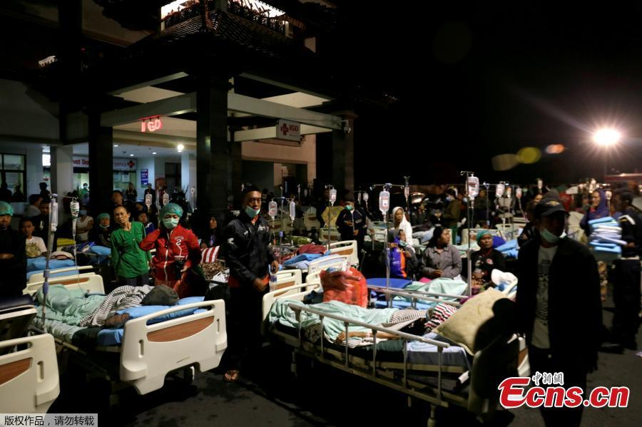 Patients are seen outside a hospital following a strong earthquake on nearby Lombok island, at a government hospital near Denpasar, Bali, Indonesia August 5, 2018.(Photo/Agencies) 