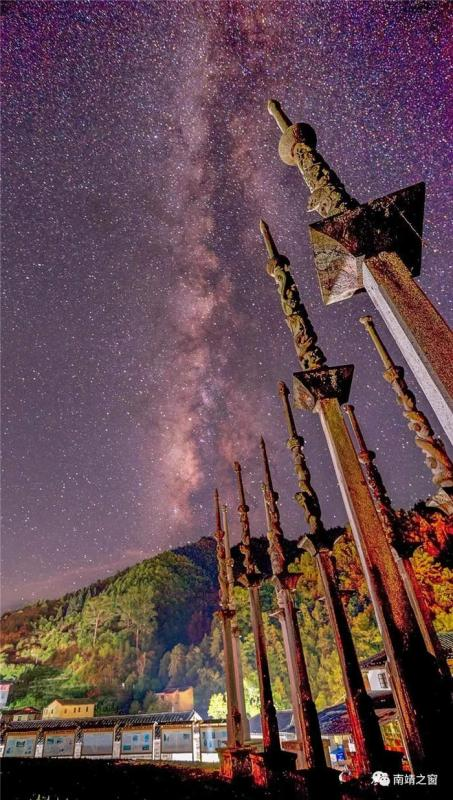 The beautiful starry sky above tulou or earthen buildings in Fujian Province. (Photo provided to chinadaily.com.cn)