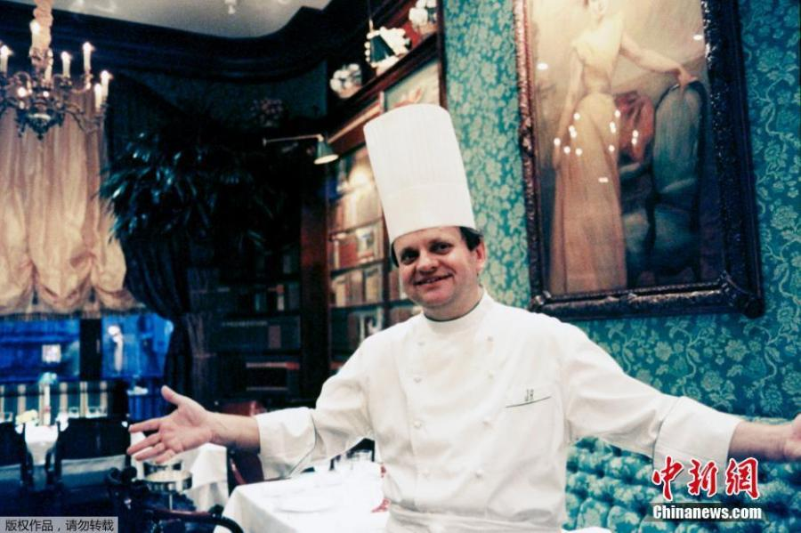 Joel Robuchon poses for a photograph. The famous French chef died at the age of 73, Aug. 6, 2018, in Geneva.   Robuchon, known for his mashed potatoes among many other dishes, owned restaurants in cities including Paris, Monaco, Hong Kong, Las Vegas, Tokyo and Bangkok. (File photo/Agencies)