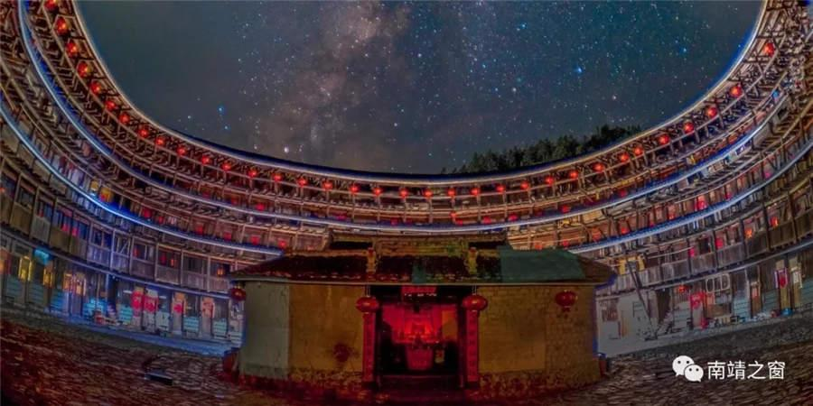 The beautiful starry sky above a yard in a tulou or earthen building in Fujian Province.  (Photo provided to chinadaily.com.cn)