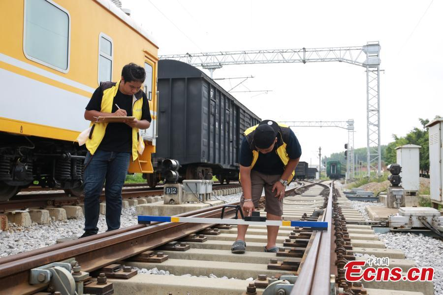 Students from Thailand learn about the high-speed railway in Liuzhou City, South China's Guangxi Zhuang Autonomous Region, Aug. 7, 2018. Since March, 28 Thai students have taken part in the training session on high-speed railway technology at the Liuzhou Railway Vocational Technical College. (Photo: China News Service/Zhu Liurong)