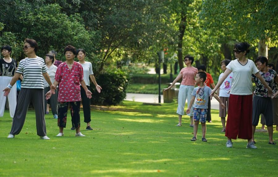 People celebrate National Fitness Day by exercising in Huangxing Park in the Yangpu District, East China\'s Shanghai, on August 8. Since 2009, National Fitness Day is held every year on August 8, and marks the anniversary of the opening ceremony of the 2008 Beijing Olympic Games.  (Photo: Xiang Jun/GT)0