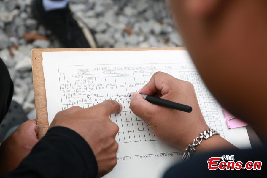 A Thai student receives training on the high-speed railway in Liuzhou City, South China's Guangxi Zhuang Autonomous Region, Aug. 7, 2018. Since March, 28 Thai students have taken part in the training session on high-speed railway technology at the Liuzhou Railway Vocational Technical College. (Photo: China News Service/Zhu Liurong)