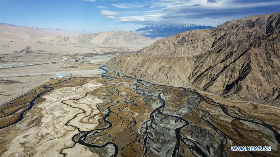 Aerial photo taken on Nov. 10, 2017 shows the view of a wetland in Tajik Autonomous County of Taxkorgan, northwest China\'s Xinjiang Uygur Autonomous Region. China\'s westernmost Xinjiang Uygur Autonomous Region welcomed a record high of 107 million tourists in 2017, up 32.4 percent year on year. In addition, tourists spent over 182 billion yuan (28.4 billion U.S. dollars) in Xinjiang last year, 30 percent more than in 2016. (Xinhua/Hu Huhu)