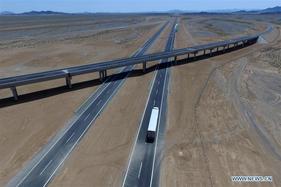 Aerial photo taken on July 15, 2017 shows a truck running on the Beijing-Urumqi Expressway in Hami, northwest China\'s Xinjiang Uygur Autonomous Region. As an important link of the Silk Road Economic Belt, Xinjiang is speeding up the development of transportation and logistics to connect east and west. By the end of 2017, the total length of roads in Xinjiang reached 186,000 km, with 4,578 km of expressways. (Xinhua/Cai Zengle)