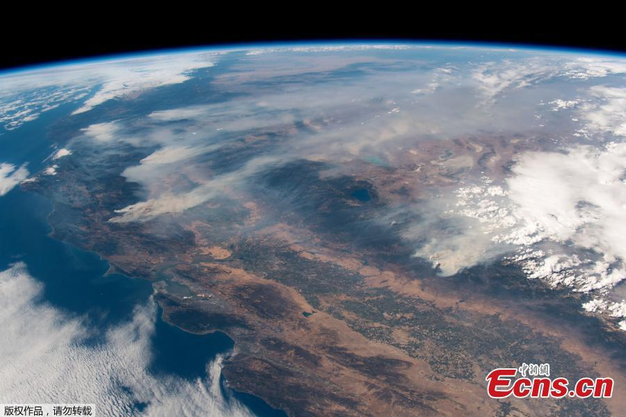 """European Space Agency astronaut Alexander Gerst posted this view of the California wildfires, as seen from the International Space Station (ISS), on Twitter on Aug. 3, 2018. """"California burning. These fires are frightening to watch, even from space,"""" said Alexander Gurst in a tweet. One of the 17 major fires in California, dubbed the Mendocino Complex, became the biggest in state history on Aug. 7, eclipsing a previous record set only eight months ago, as hot, windy conditions fanned the blazes in what Governor Jerry Brown has called a """"new normal."""" The Mendocino Complex, made up of two fires, grew to nearly 300,000 acres (117,700 hectares) - almost the size of Los Angeles - and was expected to burn for the rest of the month, the California Department of Forestry and Fire Protection (Cal Fire) said. (Photo/Agencies)"""