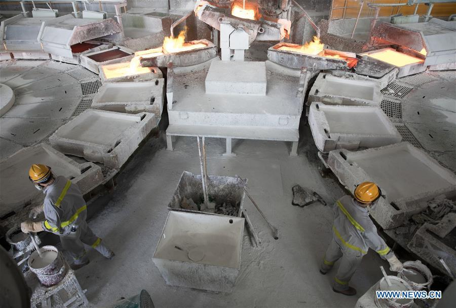 Staff members works at a refining workshop of Tongling Nonferrous Metals Group Holdings Co., Ltd in Tongling City, east China\'s Anhui Province, Aug. 8, 2018. Tongling government takes measures to improve ecological environment and develop green industry along the Yangtze River. (Xinhua/Jin Liwang)