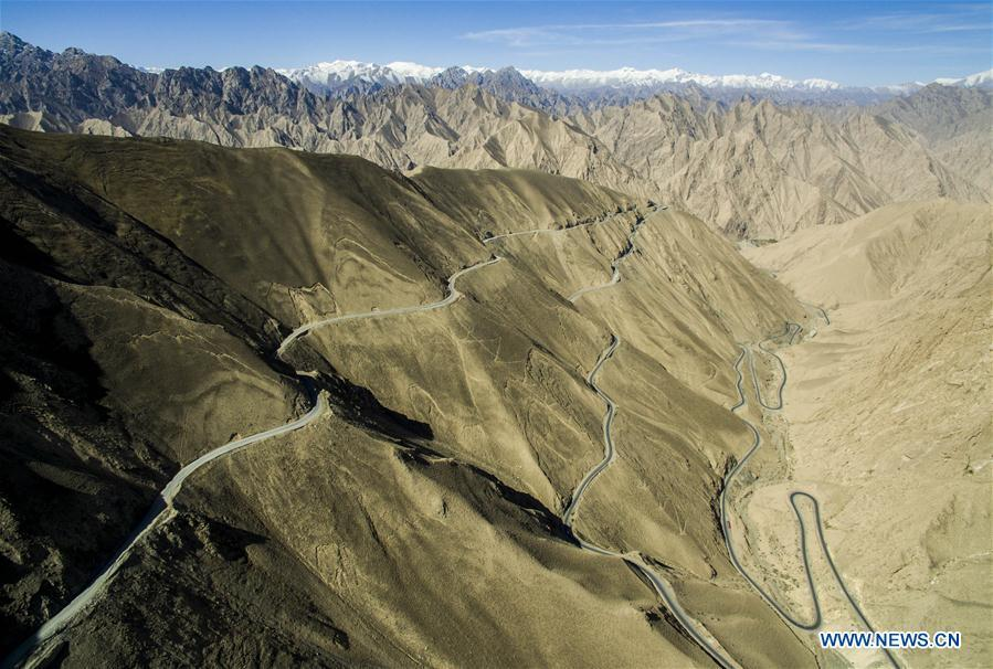 Aerial photo taken on April 30, 2016 shows the Xinjiang-Tibet highway in northwest China\'s Xinjiang Uygur Autonomous Region. As an important link of the Silk Road Economic Belt, Xinjiang is speeding up the development of transportation and logistics to connect east and west. By the end of 2017, the total length of roads in Xinjiang reached 186,000 km, with 4,578 km of expressways. (Xinhua/Jiang Wenyao)