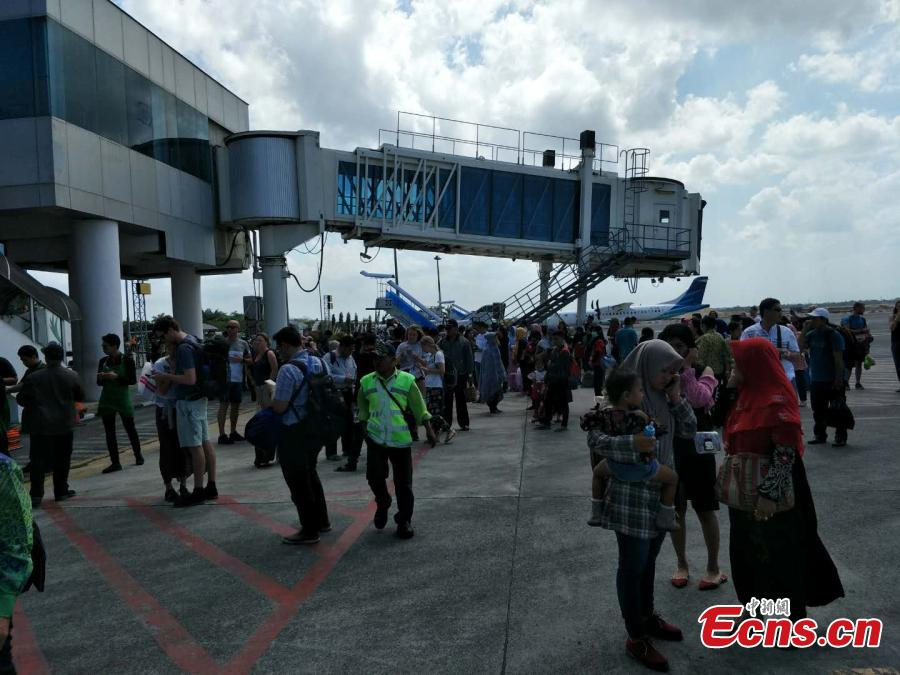 Passengers are evacuated to open space at Lombok International Airport in Indonesia, Aug. 9, 2018, after a 6.1-magnittude earthquake struck Lombok Island. (Photo: China News Service/Lin Yongchuan)