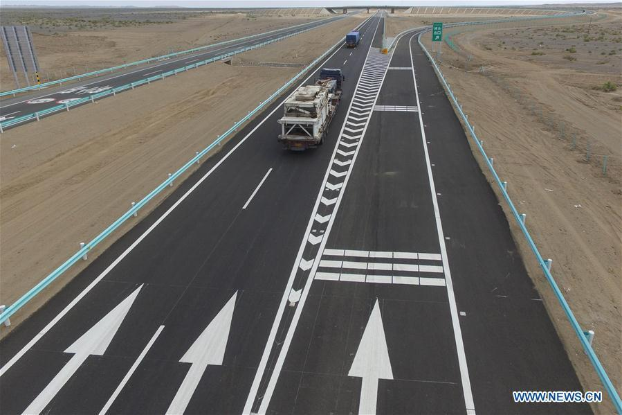 Photo taken on July 15, 2017 shows trucks running on the Beijing-Urumqi Expressway in Hami, northwest China\'s Xinjiang Uygur Autonomous Region. As an important link of the Silk Road Economic Belt, Xinjiang is speeding up the development of transportation and logistics to connect east and west. By the end of 2017, the total length of roads in Xinjiang reached 186,000 km, with 4,578 km of expressways. (Xinhua/Cai Zengle)