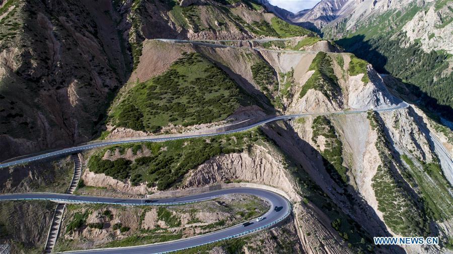 Aerial photo taken on July 15, 2017 shows the Dushanzi-Kuqa highway, northwest China\'s Xinjiang Uygur Autonomous Region. As an important link of the Silk Road Economic Belt, Xinjiang is speeding up the development of transportation and logistics to connect east and west. By the end of 2017, the total length of roads in Xinjiang reached 186,000 km, with 4,578 km of expressways. (Xinhua/Jiang Wenyao)