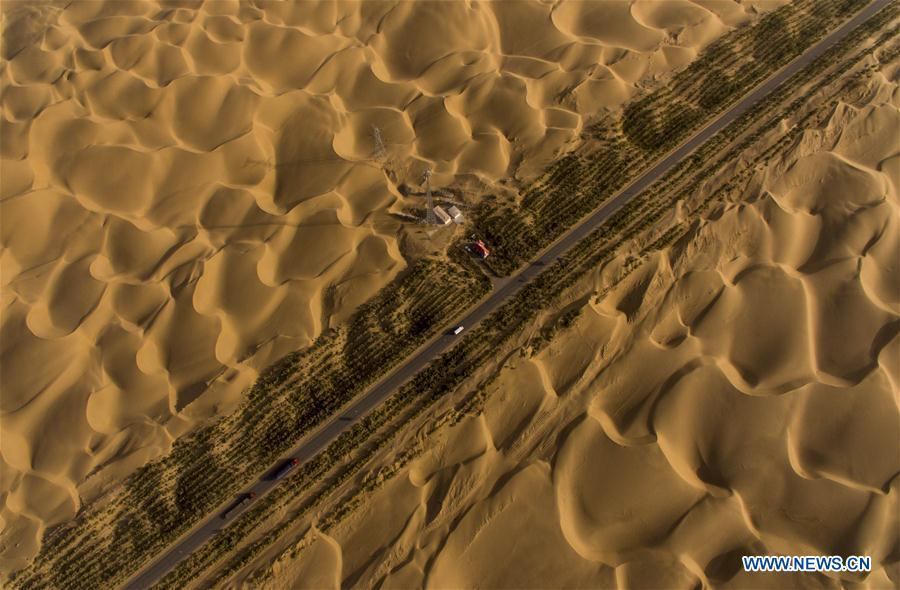 Aerial photo taken on Sept. 27, 2016 shows the Tarim Desert Highway in northwest China\'s Xinjiang Uygur Autonomous Region. As an important link of the Silk Road Economic Belt, Xinjiang is speeding up the development of transportation and logistics to connect east and west. By the end of 2017, the total length of roads in Xinjiang reached 186,000 km, with 4,578 km of expressways. (Xinhua/Jiang Wenyao)