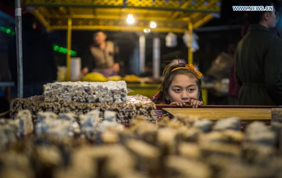 Photo taken on Nov. 4, 2017 shows sesame candy, a kind of snack, at a night market in Bachu County, northwest China\'s Xinjiang Uygur Autonomous Region. (Xinhua/Jiang Wenyao)