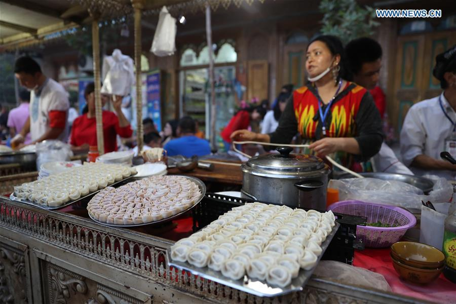 A vendor sells wonton at a night market in Kashgar, northwest China\'s Xinjiang Uygur Autonomous Region, Aug. 6, 2018. (Xinhua/Jiang Wenyao)