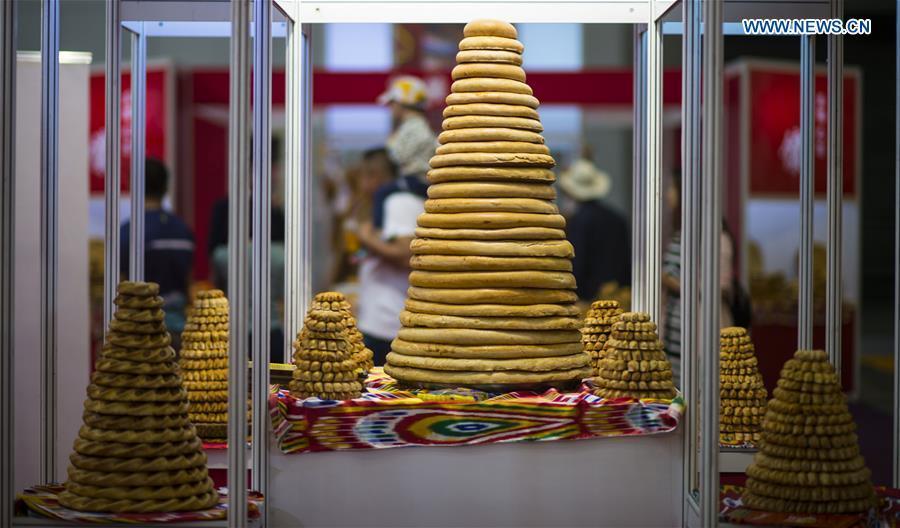 Photo taken on May 22, 2017 shows dishes of Nang, a kind of crusty cake, displayed at an international food expo in Urumqi, northwest China\'s Xinjiang Uygur Autonomous Region. (Xinhua/Jiang Wenyao)
