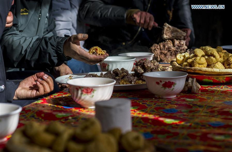 Guests enjoy pilaf at a wedding in Tajik Autonomous County of Taxkorgan, northwest China\'s Xinjiang Uygur Autonomous Region, Nov. 12, 2017. (Xinhua/Hu Huhu)