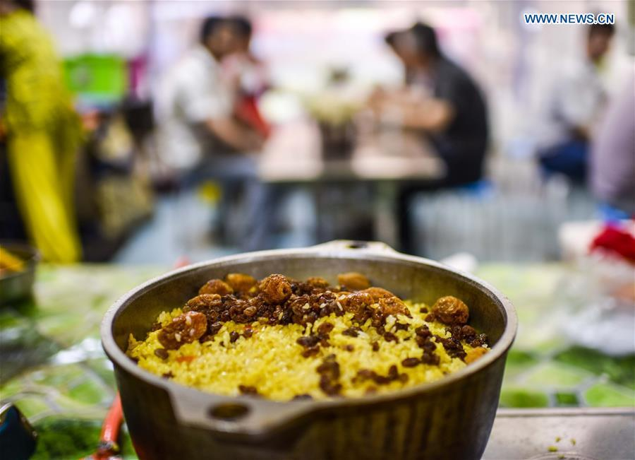 Photo taken on May 12, 2017 shows a bowl of pilaf at a night market in Hotan, northwest China\'s Xinjiang Uygur Autonomous Region. (Xinhua/Zhao Ge)