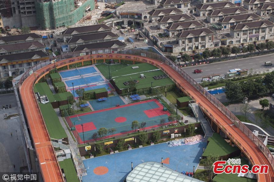 A sports facility built on top of a shopping mall in Chongqing, Aug. 9, 2018. The 17,000 sqm area includes four table tennis courts, three badminton courts, one standard basketball court and running tracks, all available to the public free of charge. (Photo/VCG)