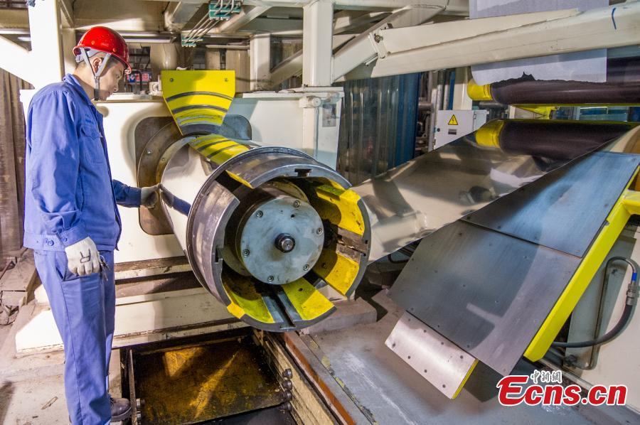 The production line of 0.022-millimeter-thick stainless steel at in a company in Taiyuan City, the capital of North China's Shanxi Province, Aug. 8, 2018. The company started mass production of the advanced 0.02-millimeter-thick, 600-millimeter-wide stainless steel, which is said to have wide applications in a range of fields, including aerospace, automotive, electronics and computers. Sources said due to difficult production techniques, China used to import the product from Japan and Germany. (Photo: China News Service/Wei Liang)