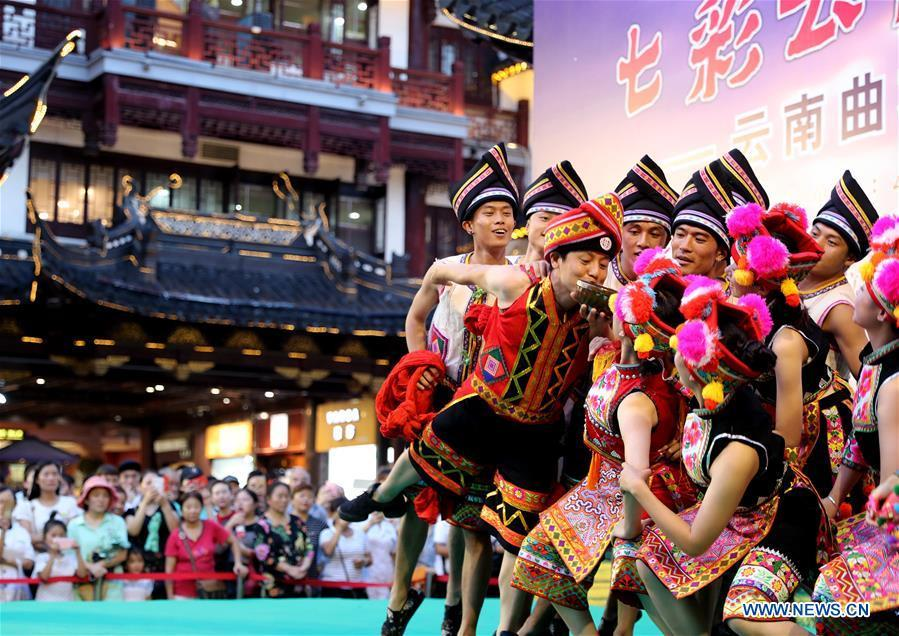 Dancers perform a dance of Yi ethinic group at the Yunnan folk art exhibition at Yuyuan Garden in east China\'s Shanghai, Aug. 10, 2018. The exhibition kicked off here on Friday and shows folk dances, local artwares and scenery from Qujing City of Yunnan Province. (Xinhua/Liu Ying)