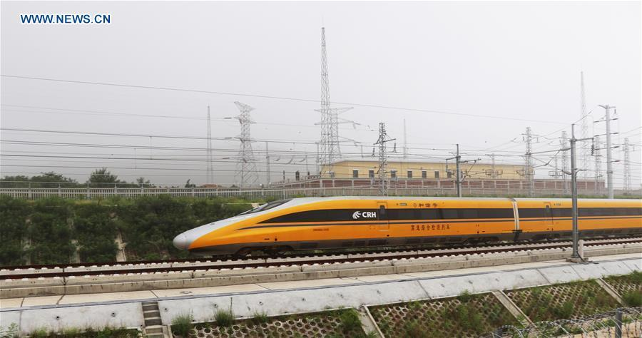 Photo taken on Aug. 9, 2018 shows a comprehensive inspection train running on the Jinan-Qingdao high-speed railway in Zouping section in Binzhou City, east China\'s Shandong Province. The Jinan-Qingdao high-speed railway started a joint test recently. With a designed speed of 350 kilometers per hour, the 307.9-kilometer railway is expected to be put into operation at the end of 2018. (Xinhua/Dong Naide)