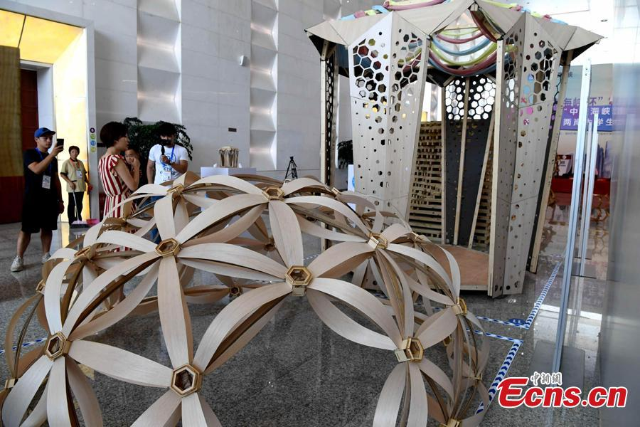 Students make an architectural model during a contest in Fuzhou City, East China's Fujian Province, Aug. 12, 2018. As part of the 6th Cross-Straits Youth Festival, 140 students from 15 universities in the Chinese mainland and Taiwan participated in the architectural model design contest. (Photo: China News Service/Zhang Bin)