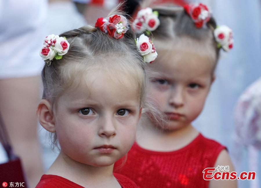 Twins and triplets children are seen, as they set the new record of twins, at the Festival Of Twins in Kiev, Ukraine, Aug. 11, 2018. Representatives of the Ukrainian National Register of Records registered the new record at 200 pairs of twins and triplets, who gathered at the same time in the same place. (Photo/IC)