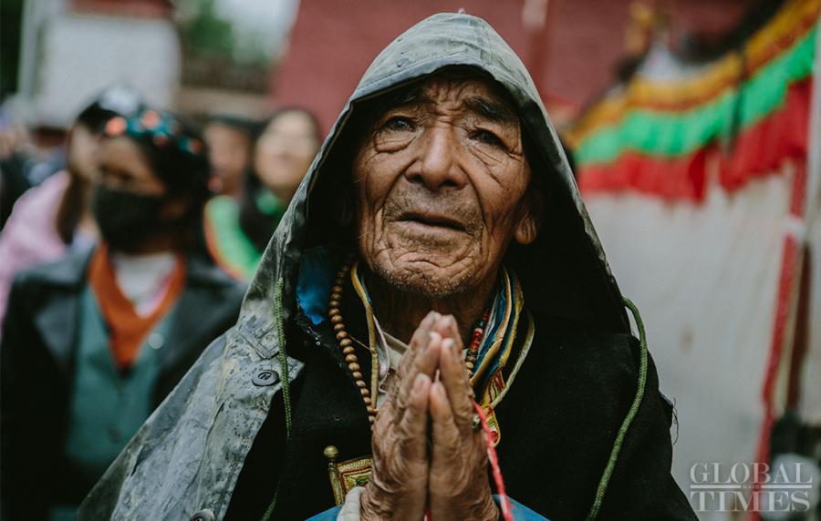 A Tibetan prays during the 2018 Shoton Festival at Drepung Monastery in Lhasa, Southwest China\'s Tibet Autonomous Region, on Saturday. (Photo: Li Hao/GT)
