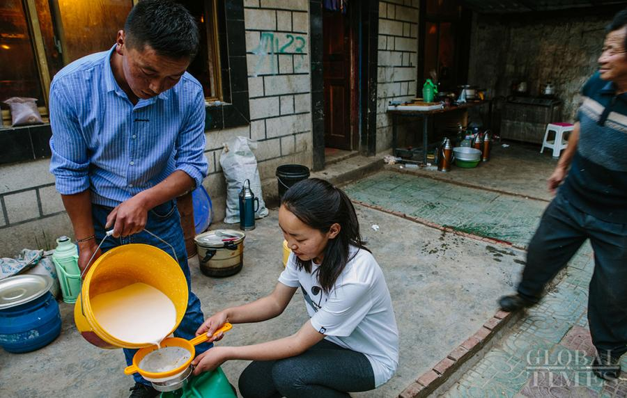 <?php echo strip_tags(addslashes(Locals pour the fresh yak milk into a jar. (Photo: Li Hao/GT))) ?>