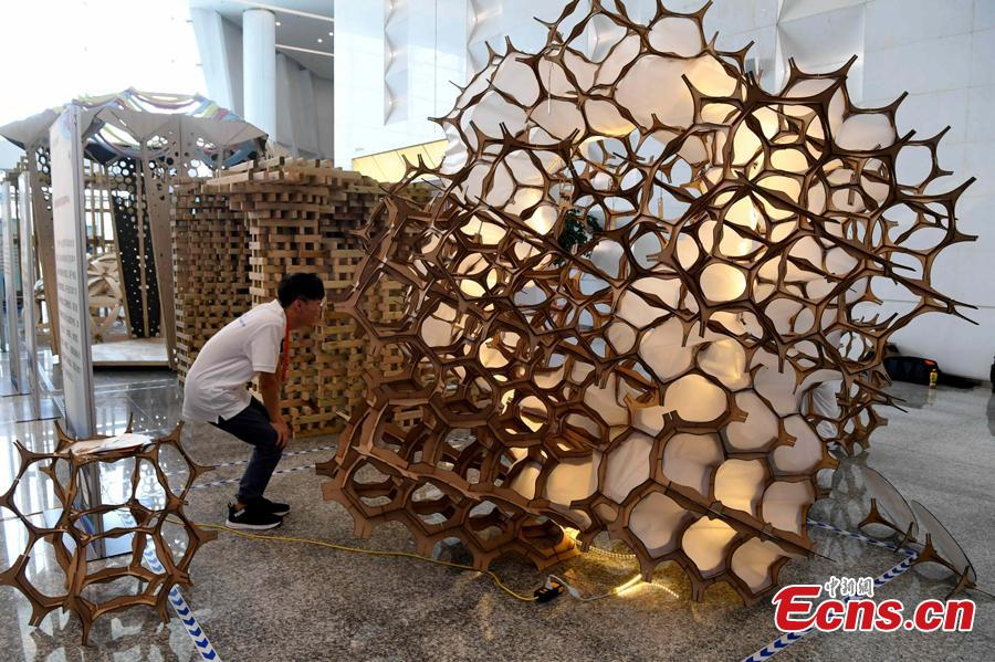Students make an architectural model during a contest in Fuzhou City, East China\'s Fujian Province, Aug. 12, 2018. As part of the 6th Cross-Straits Youth Festival, 140 students from 15 universities in the Chinese mainland and Taiwan participated in the architectural model design contest. (Photo: China News Service/Zhang Bin)