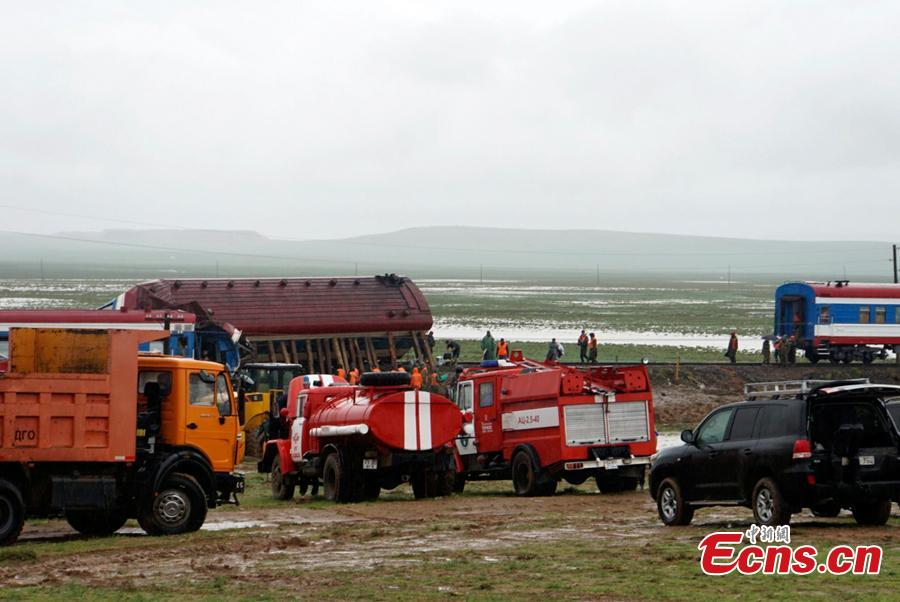 Rescuers work at the site where a train carrying 328 passengers derailed in Dornogovi Province, Mongolia. The train was traveling from the Mongolian capital Ulan Bator to Zamiin-Uud soum in the southeastern province of Dornogovi. There are reports of many injuries. (Photo: China News Service/Luo Ziteng and Ren Yi)